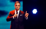 Robbie Williams Patahkan Tangan Fans