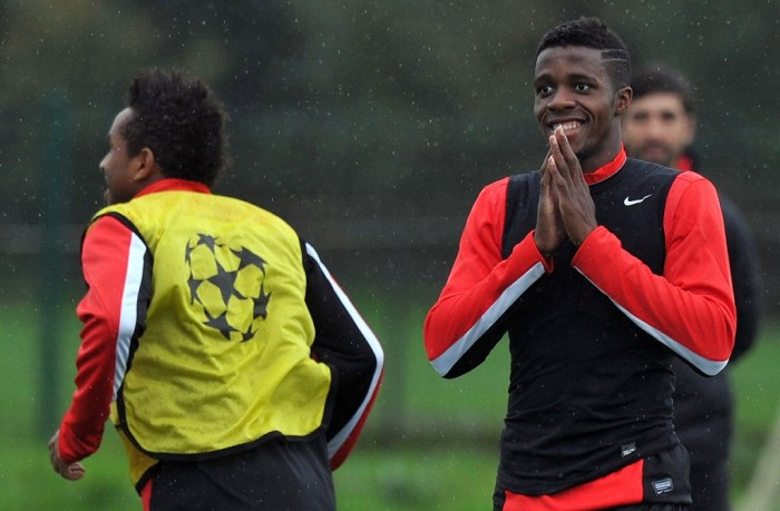 Wilfried Zaha (kanan).(foto:AFP/Paul Ellis)