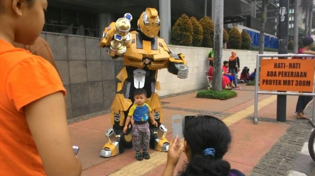 Robot Transformers Mampir ke <i>Car Free Day</i>