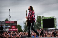 50.000 Fans Foo Fighters di Old Trafford Tak Bubar Diguyur Hujan