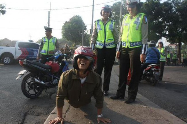 Terjaring Razia, <i>Bikers</i> Dihukum <i>Push Up</i> 1000 Kali