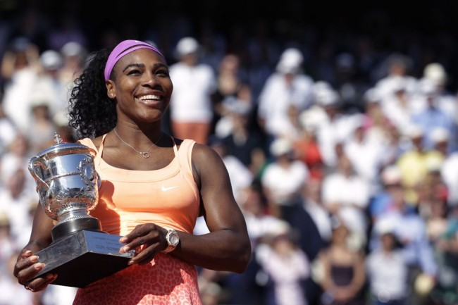 Serena Angkat Trofi French Open 2015