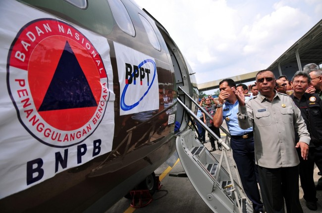 On Drought, BNPB and Military Cooperate to Spread Artificial Rain