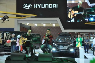 Andra & The Backbone Hibur Pengunjung <i>Booth</i> Hyundai