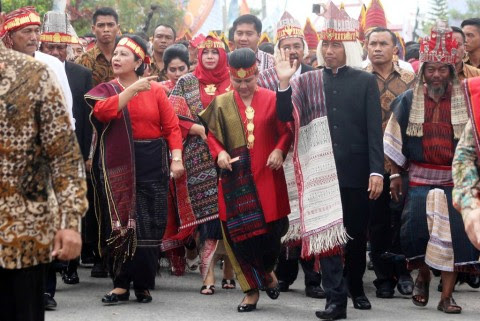 Jokowi Attends Indendence Day Carnival in Lake Toba
