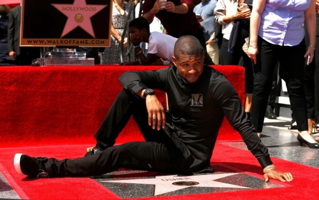 Usher Raih Bintang Hollywood Walk of Fame