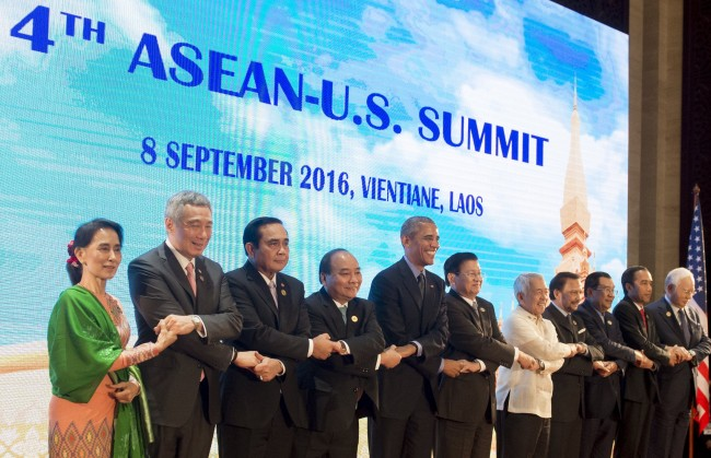 Jokowi Bids Farewell to Obama at ASEAN-US Summit