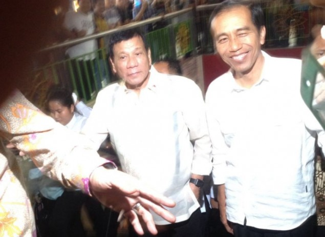 Jokowi Welcomes Duterte at Tanah Abang Market