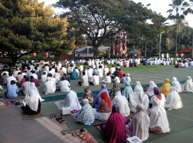 Jakartans Observe Eid al-Adha Prayer at City Hall