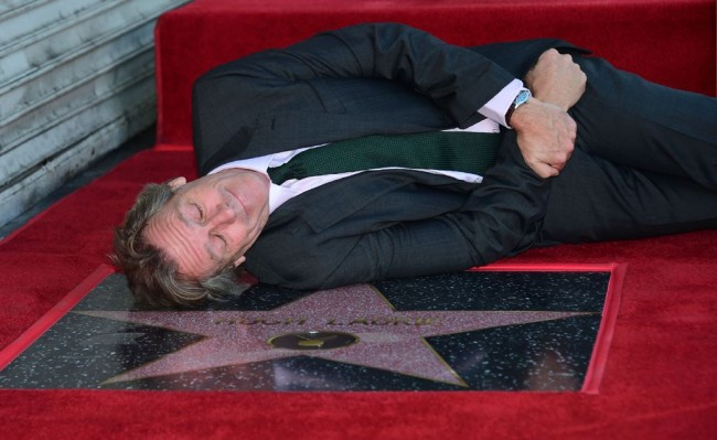 Hugh Laurie Dapat Bintang di Hollywood Walk of Fame
