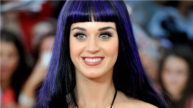 Katy Perry Tampil ala Hillary Clinton