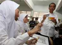 Jokowi Distributes Indonesia Smart Card in Pekalongan