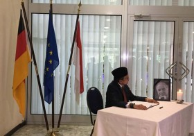 Former President Habibie Signs Condolence Book for Helmut Kohl
