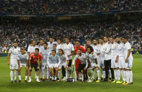 Skuat Real Madrid berpose dengan Piala Super Spanyol. (AFP PHOTO / CURTO DE LA TORRE)