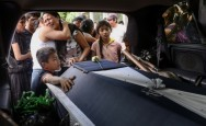 Mourners Sob, Sift wreckage of Huge Mexico Quake