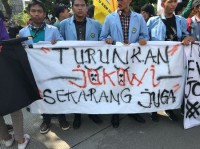 Protesters Hold Anti-Government Rally in Front of Palace
