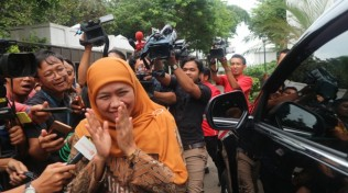 Khofifah to Deliver Resignation Letter to Jokowi