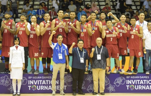 Sejumlah pebasket putra Indonesia menunjukkan medali emasnya seusai laga final bola basket 18th Asian Games Invitation Tournament melawan India. (Foto: Antara/Andika Wahyu)