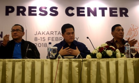 Ketua Pelaksana Asian Games 2018 (INASGOC) Erick Thohir (tengah) didampingi Wakil Ketua Sjafrie Sjamsoeddin (kanan) dan Deputi I Games Operation Harry Warganegara memberikan keterangan pers terkait penyelenggaraan 18th Asian Games Invitation Tournament d