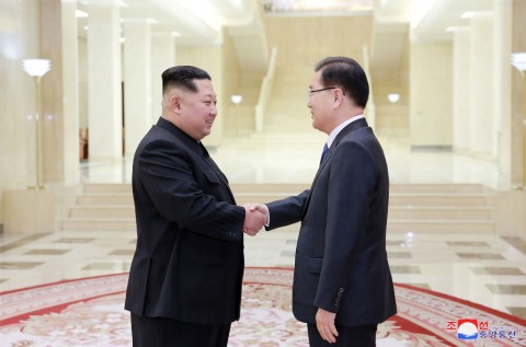 South Korean presidential envoy Chung Eui-yong visiting Kim Jong Un (Photo: AFP).
