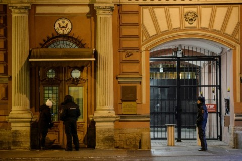 Police stand guard in front of the US Consulate building in St.Petersburg on March 29, 2018. (Photo:AFP/Olga Maltseva)
