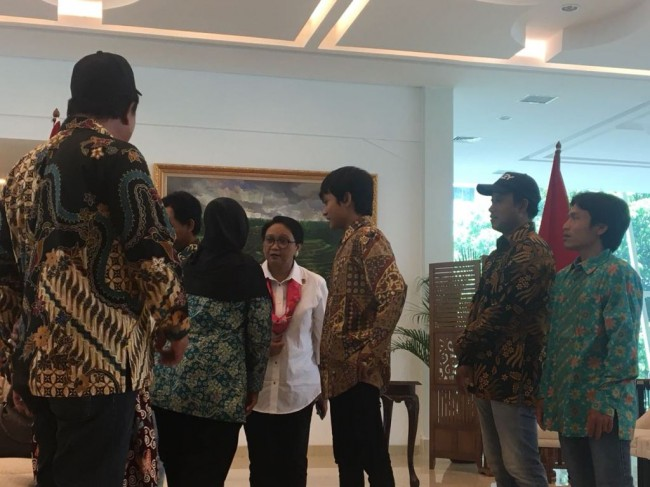 Minister Marsudi Handed Over Indonesian Crew After Being Hostage