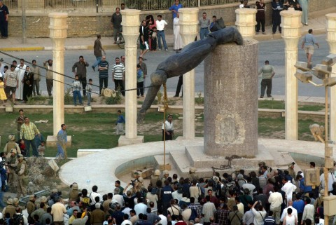 On April 9, 2003 Iraqis watch a statue of Iraqi President Saddam Hussein falling in Baghdad (Photo: AFP)