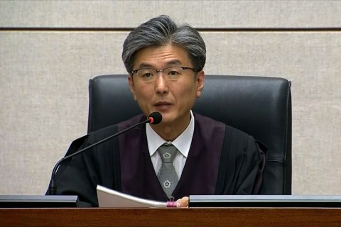 udge Kim Se-yoon reads the verdict in the trial of disgraced former President Park. (Photo:AFP/Seoul District Court)