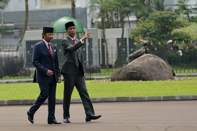 Jokowi Welcomes Brunei Sultan at Bogor Palace