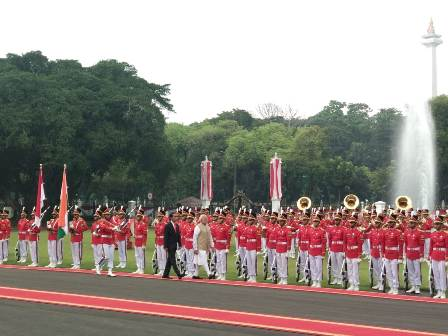 Jokowi Welcomes Modi at Freedom Palace