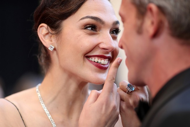 Gal Gadot akan Bintangi Red Notice Bersama Dwayne Johnson