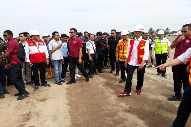 Jokowi Inspects Runway Construction Project at SHIA