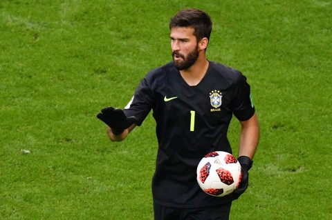 Kiper Timnas Brasil dan AS Roma Alisson Becker (Foto: AFP PHOTO / SAEED KHAN)