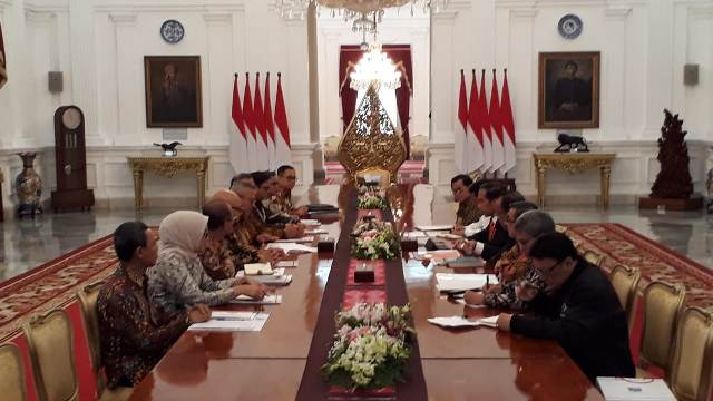 Jokowi Receives KPU Members at Palace