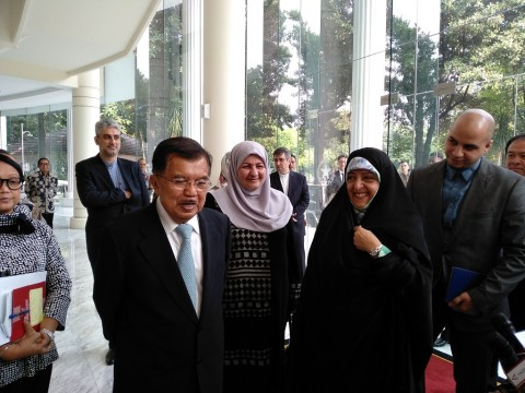 Vice Preisdent Kalla (left) with Iran's Vice President for Women and Family Affairs Masoumeh Ebtekar (Photo: Medcom/Desi Angriani)