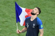 Giroud Sindir Slogan <i>It's Coming Home</i> Inggris