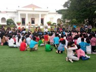 Jokowi, Iriana Play with Kids at Palace