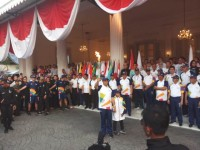 Anies Ajak Anak Saat Kirab Obor Asian Games