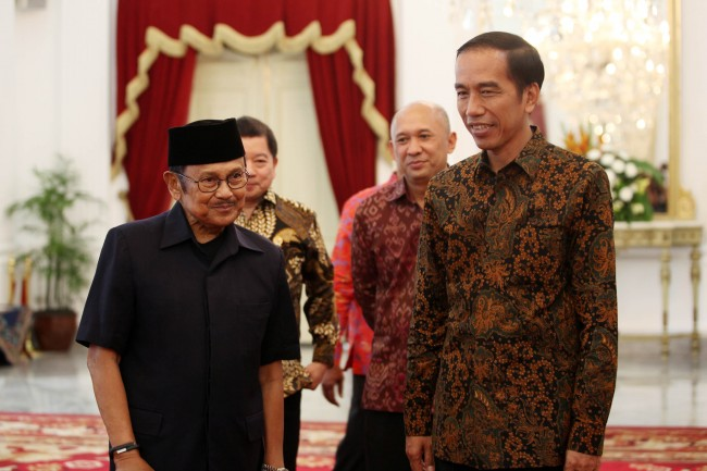 Jokowi Visits Former President Habibie at Hospital