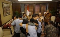 Three Freed Indonesian Hostages Reunited with Families
