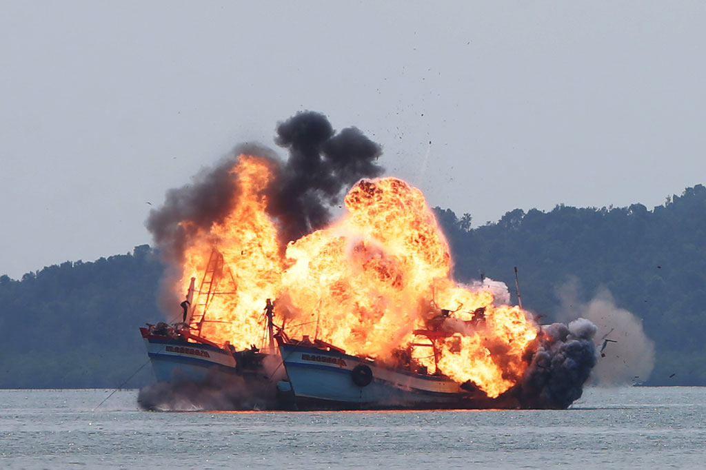 Indonesia navy blow up 3 illegal vietnamese fishing boat for Blow up boat for fishing