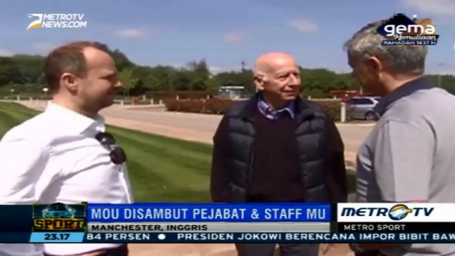 Sir Bobby Charlton Sambut Mourinho di Carrington