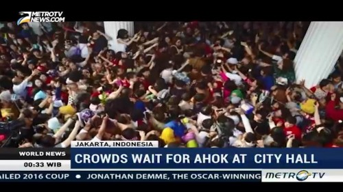 Crowds Wait for Ahok at City Hall
